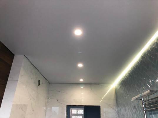 Фотография натяжных потолков в ванной комнате