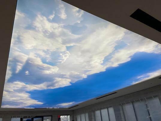 фотография натяжного потолка в бассейне